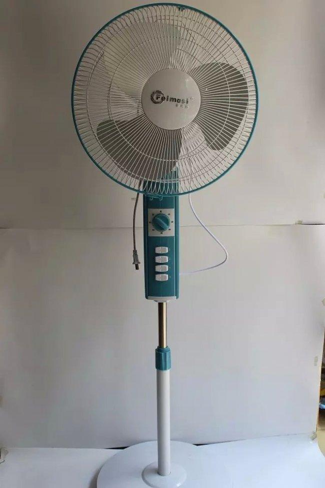电风扇阵风控制器就是一个周期性自动控制通断的电子开关,它可以让电风扇断续工作(时转时停)而模拟出自然风的效果。  原理说明 接通开关K,C1、D3、D4、C2组成的电容降压滤波电路输出约9V的直流电供555电路工作。R、D1、D2、W1、W2、R1、R2、C3组成RC充放电回路,使555电路在无稳态模式下工作。由于二极管D1、D2的作用,充放电各为一路,D1一路为充电回路,W1调节送风时间,D2一路为放电回路,W2调节停风时间。 当电路处于充电状态时,555的7脚为高电平,电流经R、D1、W1、R1对C3